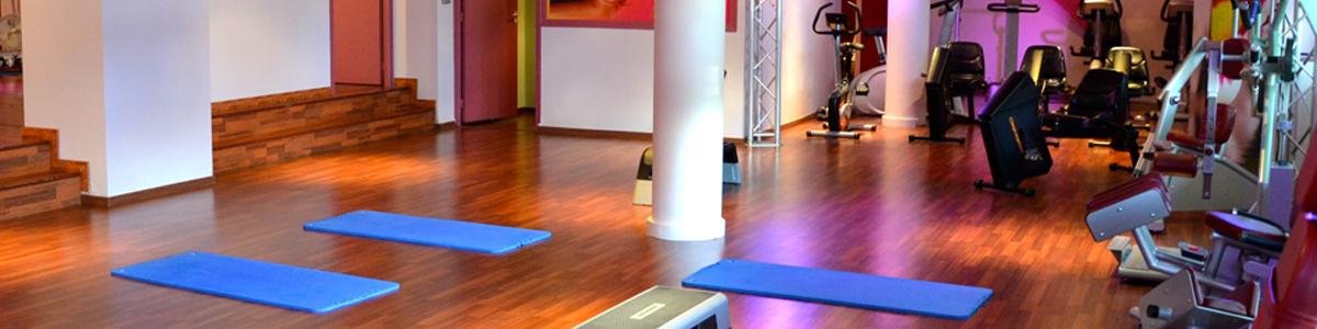 Préparation avant un circuit training dans la salle de fitness